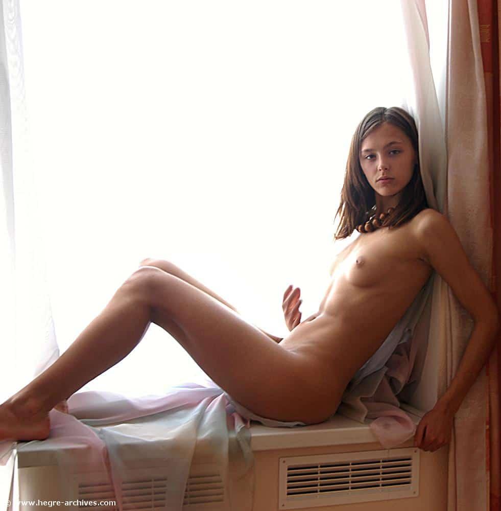 Kamila en la ventana