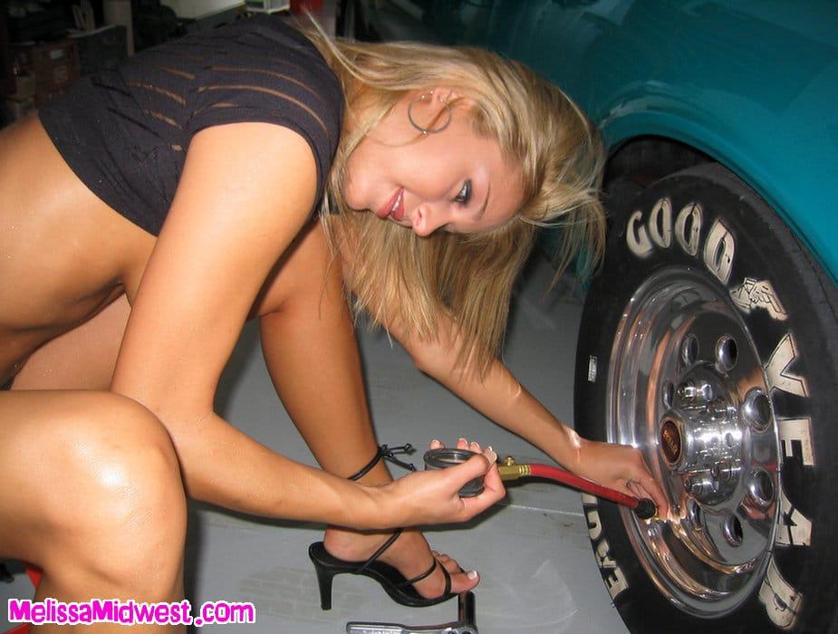 Melissa Midwest en su coche azul